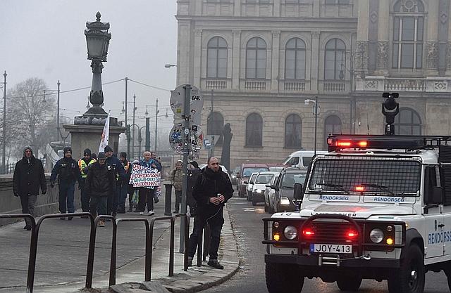 Résztvevők a Fiatalok a demokráciáért elnevezésű civil szerveződés hídfoglalása előtt Budapesten, a Lánchíd pesti hídfőjénél 2019. február 10-én. MTI/Bruzák Noémi