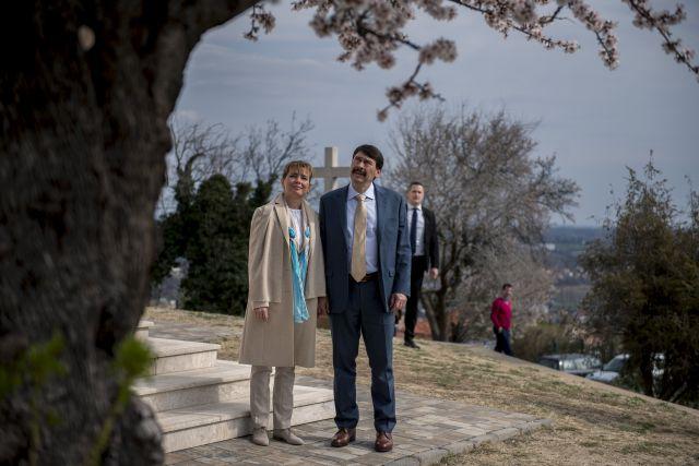 Áder János köztársasági elnök és felesége, Herczegh Anita megtekinti a 2019-es év európai fájának megválasztott pécsi havihegyi mandulafát (MTI/Sóki Tamás)