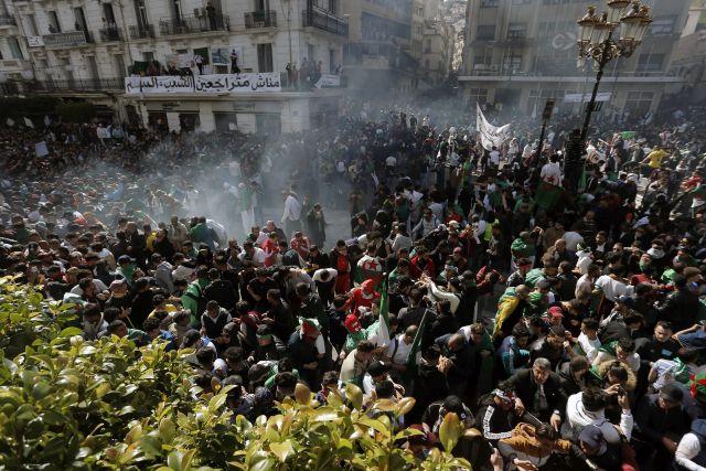 Abdel-Kader Benszaláh ideiglenes államfő és Nureddin Bedui ügyvivő miniszterelnök távozását követelik a tüntetők az algériai fővárosban, Algírban 2019. április 12-én. A tömegtüntetések és katonai vezetés nyomása miatt április 2-án lemondott Abdel-Azíz Buteflika elnök átmeneti utódját, Benszaláhot, a parlamenti felsőház elnökét április 9-én választotta meg a törvényhozás. A belügyminisztérium a napokban tíz új politikai párt alapítására adott ki engedélyt.MTI/AP/Toufik Doudou