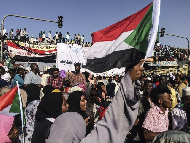 A demokratikus átmenet levezénylésére is polgári kormányt követelnek tüntetők a hadsereg kartúmi főparancsnoksága előtt 2019. április 13-án. Szudánban a hadsereg átvette a hatalmat április 11-én, amikor leváltotta és letartóztatta a 30 éve hatalmon lévő Omar Haszan Ahmed el-Besir elnököt.MTI/AP