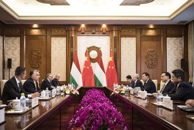 Orbán Viktor miniszterelnök (b2) és Li Ko-csiang kínai miniszterelnök (j2) kétoldalú tárgyalásukon Pekingben 2019. április 25-én. MTI/Miniszterelnöki Sajtóiroda/Szecsődi Balázs