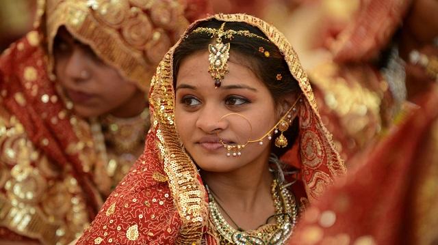 Indiai menyasszony, gazdagon felszerelve arany ékszerekkel (Fotó: AFP/Getty)