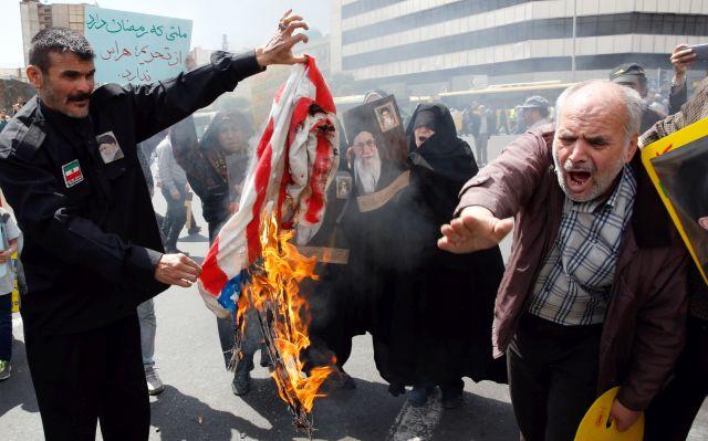 Az Egyesült Államok elleni tüntetés résztvevői amerikai zászlót égetnek Teheránban 2019. május 10-én. MTI/EPA/Abedin Taherkenareh