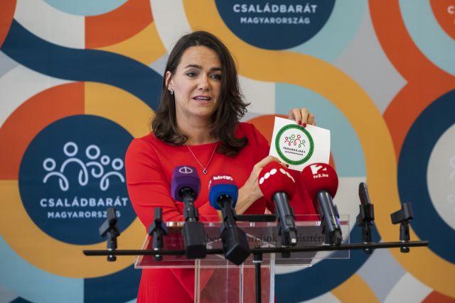 Novák Katalin család- és ifjúságügyért felelős államtitkár bemutatja a nagycsaládosoknak szóló autóvásárlási támogatáshoz tartozó Családbarát Magyarország feliratú matricát  (Fotó: MTI/Mónus Márton)