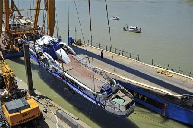 A Clark Ádám úszódaru az elszállítást végző uszályra emeli a balesetben elsüllyedt Hableány turistahajó roncsát 2019. június 11-én. (MTI/Lakatos Péter)