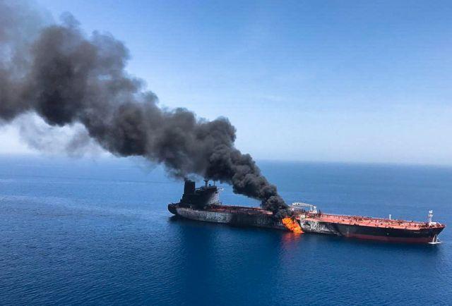 Az ISNA iráni hírügynökség által közreadott kép a kigyulladt Front Altair tartályhajóról az Ománi-öbölben 2019. június 13-án. A hajó legénységét evakuálták, sajtóhírek szerint a norvég Frontline tengeri szállítmányozó cég Marshall-szigetek felségjelét viselő hajóját támadás érte. MTI/EPA/ISNA