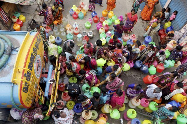 Műanyagkannákkal állnak sorba ivóvízért az emberek a Tamilnádu állambeli Csennaiban, amelyet az aszályos időjárás miatt vízhiány sújt 2019. június 18-án. A hatóságok víztartályokban szállítják a lakosság számára az ivóvizet. MTI/AP/R.Parthibhan