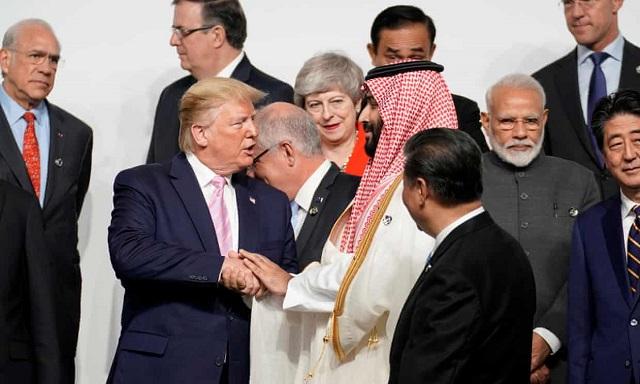 Donald Trump kezet fog Mohamed bin Szalman szaúdi koronaherceggel, Theresa May, Narendra Modi és Hszi Csin-Ping már a kameráknak pózol az oszakai G20 kezdetén. (Fotó: Kevin Lamarque/Reuters)