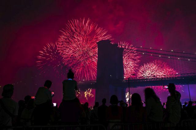 Tűzijátékot néznek emberek az amerikai függetlenség napi ünnepségen New York Manhattan városrészében 2019. július 4-én.MTI/AP/Jeenah Moon