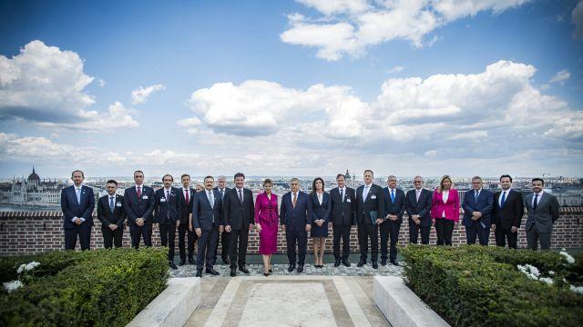 Budapest, 2019. július 11. A Miniszterelnöki Sajtóiroda által közreadott csoportképen középen Orbán Viktor miniszterelnök (j) és Zuzana Caputová szlovák elnök (b) a Karmelita kolostorban 2019. július 11-én. Tőlük balra Miroslav Lajcak szlovák külügyminiszter, jobbra Varga Judit igazságügyi miniszter, továbbá a szlovák államfői és a magyar kormányzati delegáció tagjai.   MTI/Miniszterelnöki Sajtóiroda