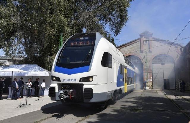 Dunakeszi, 2019. július 16. Kigördül a MÁV-Start megrendelésére készült első nagykapacitású KISS emeletes motorvonat a Dunakeszi Járműjavító gyártócsarnokából 2019. július 16-án. MTI/Máthé Zoltán