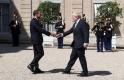 A nap képe: vidáman pacsizott egymással Macron és Johnson