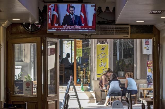 Berat Albarak török pénzügyminiszter, a teljhatalmú elnök vejének egy korábbi beszéde - ma ismét rá figyel a fél világ. Fotó: EPA/Sedat Suna