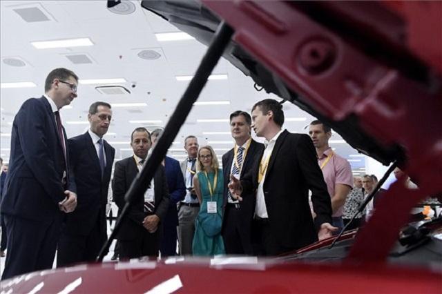 Varga Mihály pénzügyminiszter (b2), Sami Krimi, a Continental AG Központi Elektronikai Gyárainak vezetője (b3) és Keszte Róbert, a Continental Automotive Kft. budapesti ügyvezető igazgatója (b) a Continental csoport budapesti gyárának 30. évfordulós ünnepségen tartott kiállításon 2019. augusztus 30-án. (MTI/Koszticsák Szilárd)