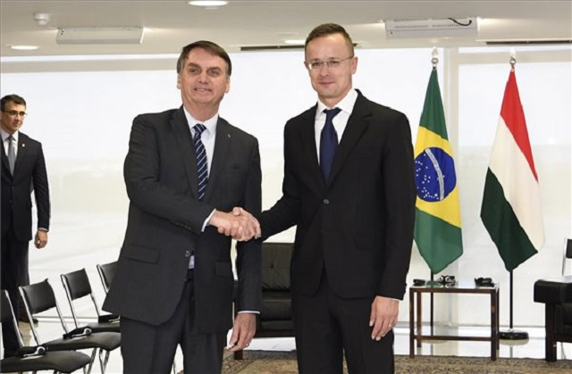 Jair Bolsonaro brazil elnök (b) és Szijjártó Péter külgazdasági és külügyminiszter találkozója Brazíliavárosban 2019. október 8-án. (MTI/KKM/Mitko Sztojcsev)
