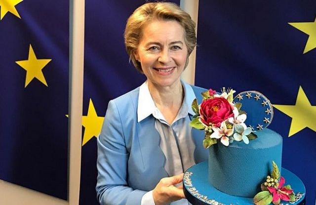 Ursula von der Leyen születésnapi tortájával Brüsszelben 2019. október nyolcadikán. Forrás: Instagram/Ursula von der Leyen