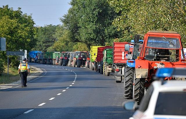 A léalma alacsony felvásárlási ára miatt demonstráló almatermelő gazdák mezőgazdasági járművei a 41-es főúton, az Austria Juice feldolgozó és felvásárló üzeme közelében Vásárosnaményban. MTI Fotó: Czeglédi Zsolt