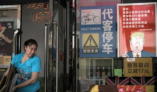 Egy Trumpot ábrázoló poszter egy kínai étterem kirakatában. A felirat szerint minden amerikai vásárlónak 25 százalékkal többet számláznak ki a kereskedelmi háború kirobbantásának napjától. Fotó: EPA / Aleksandar Plavevski