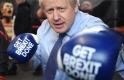 A nap képe: jobbegyeneseket osztogatott Boris Johnson