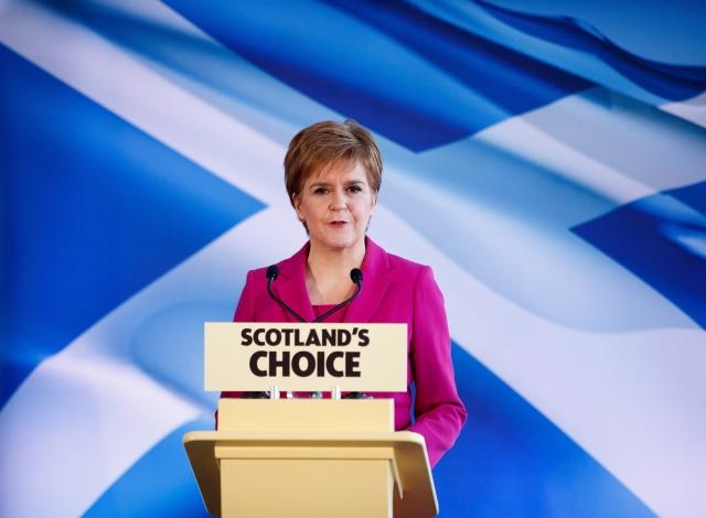 Nicola Sturgeon, a Skót Nemzeti Párt vezetője edinburghi sajtóértekezletén 2019. december 13-án, a brit előrehozott parlamenti választások másnapján. Az SNP 48 mandátumot szerzett, tizenhárommal többet, mint az előző választásokon. MTI/EPA/Robert Perry
