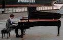 Ritkaság: egy kivételes tehetségű zongorista játszik, és még vannak olcsó jegyek