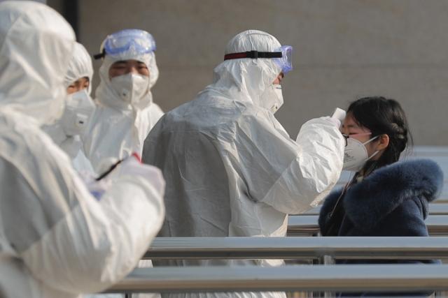 Friss hírek: A hivatalos adatok szerint már 56 halottja van Kínában a koronavírusnak, a fertőzöttek száma közelíti a kétezret. Kanadában bejelentették az első fertőzésgyanús esetet, Oroszországban egy szállodához vonultak ki a mentők, az amerikaiak evakuálásra készülnek.
