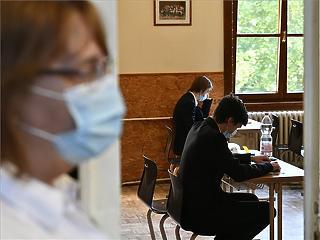 Hétfőtől tovább szigorodnak a maszkviselési szabályok - Végzős orvostanhallgatókat is bevetnek