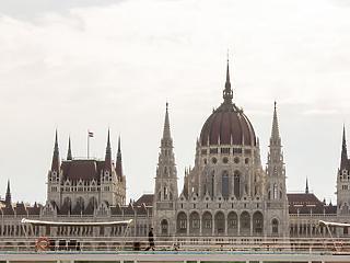 Elfogadta a Parlament a rendeleti kormányzásról szóló törvényt