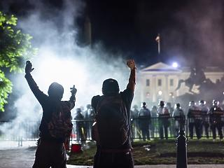Már a Fehér Ház mellett gyújtogatnak - mit csinál eközben Donald Trump?