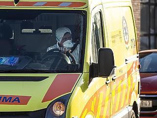 Népszava: Nem bírják a tempót a mentők, több ezer helyszínre nem értek oda mintát venni