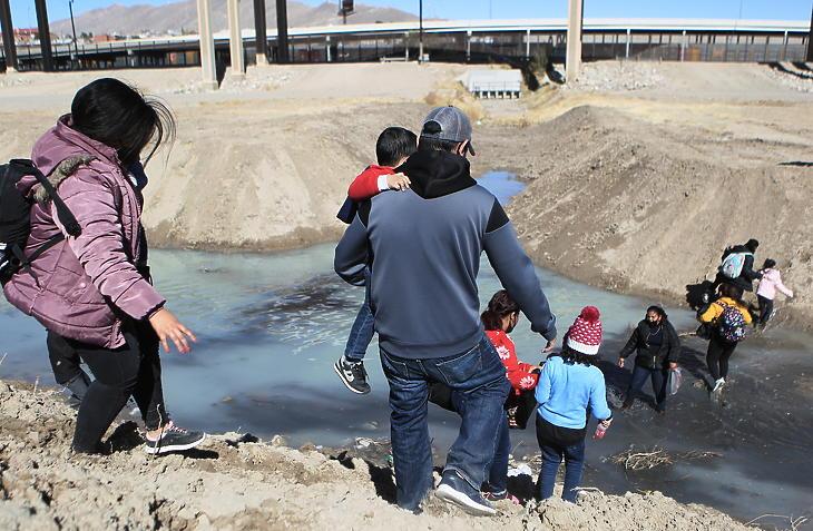 Közép-amerikai illegális bevándorlók a Rio Grandén átkelve mennek az Egyesült Államok területére a Chihuahua mexikói államben fekvő Ciudad Juárezből 2021. február 5-én. (Fotó: MTI/EPA/EFE/Luis Torres)