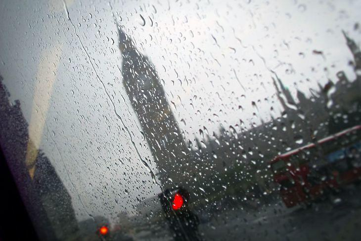 London esőben. (Depositphotos)