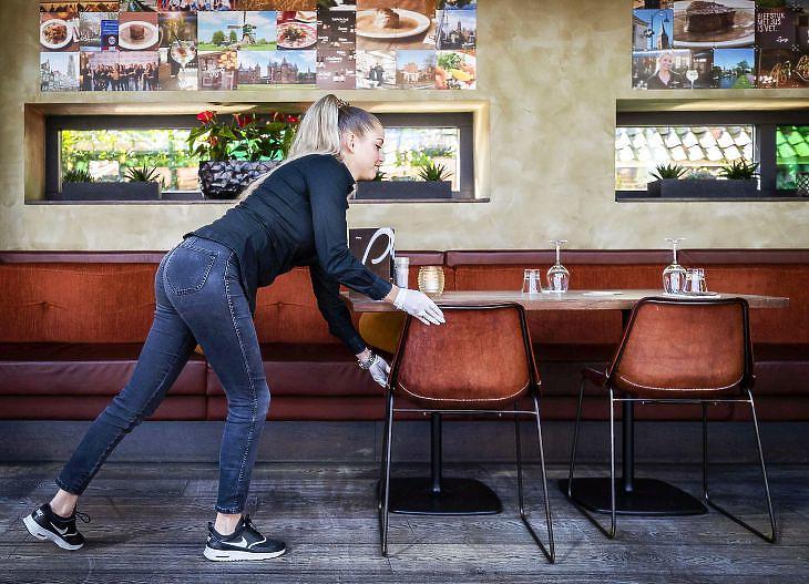 Pincérnő egy étteremben a  hollandiai Breukelenben 2020. április 21-én. EPA/REMKO DE WAAL