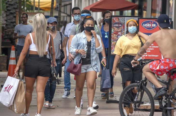 Szájmaszkot viselő gyalogosok a Florida állambeli Miami Beach-ben 2020. júliusában. MTI/EPA/Cristobal Herrera
