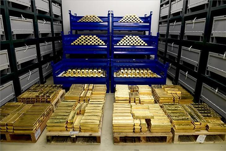 Ezt látta Orbán Viktor. Aranytömbök az MNB által őrzött aranytartalékból Budapesten, az MNB logisztika központjában 2021. július 6-án. (Fotó: MTI/Koszticsák Szilárd)