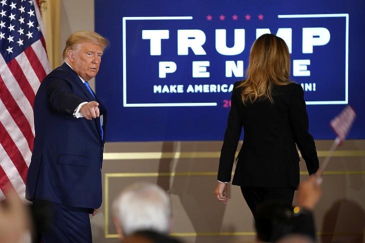 Donald Trump nyilatkozatának végén távozik a felesége, Melania Trump társaságában a washingtoni Fehér Ház Keleti terméből a választások után, 2020. november 4-én hajnalban. MTI/AP/Evan Vucci