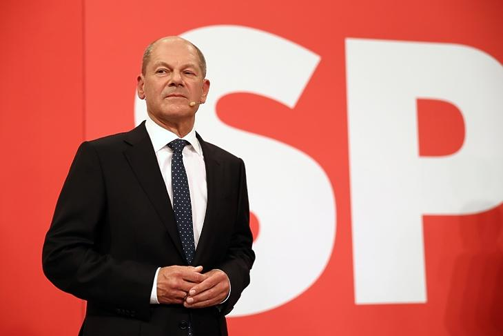 Nem felhőtlen öröm: Olaf Scholz a választás estéjén az SPD berlini központjában. EPA/MAJA HITIJ