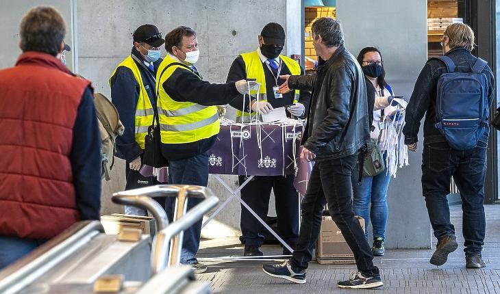 Textilmaszkot osztanak az utasoknak a Széll Kálmán téri metróálllomáson. MTI/Szigetváry Zsolt