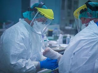 Újabb 43 halott - már több mint 3 ezren vannak kórházban a koronavírus miatt