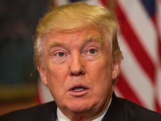 Nehéz helyzetben Trump: megvágott segélyekkel kellene kampányolni