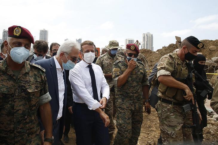 Emmanuel Macron francia elnök (k) látogatást tesz a libanoni főváros kikötői negyedében 2020. augusztus 6-án, két nappal a hatalmas erejű, kettős robbanás után. (Fotó: MTI/EPA/Pool/Thibault Camus)