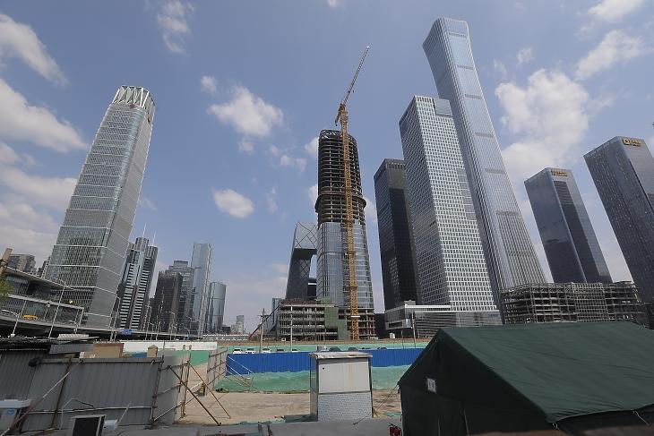 A koronavírus-járvány miatt felfüggesztett építkezés Peking üzleti negyedében 2020. április 17-én. MTI/EPA/Vu Hong