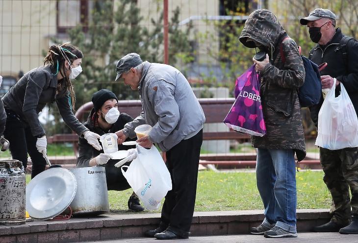 Ételosztás Fehéroroszországban a koronavírus-járvány idején. Fotó: EPA/TATYANA ZENKOVICH