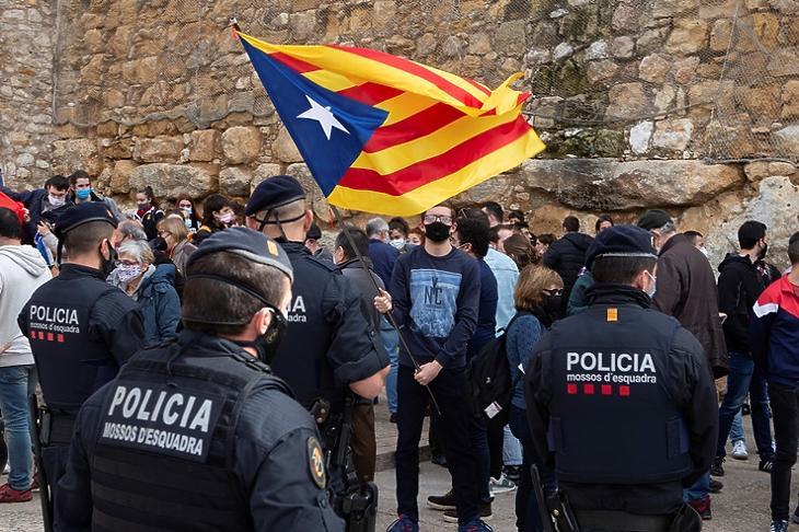 Megosztott társadalom: katalán függetlenség-párti tüntetők demonstrálnak a spanyol Vox kampányrendezvénye közelében Tarragonában 2021. február 6-án. EPA/ENRIC FONTCUBERTA