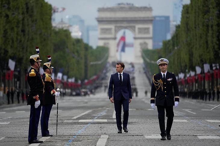 Kemény kezű elnök:  Emmanuel Macron 2021. július 14-én, Franciaország nemzeti ünnepén Párizsban.   EPA/MICHEL EULER