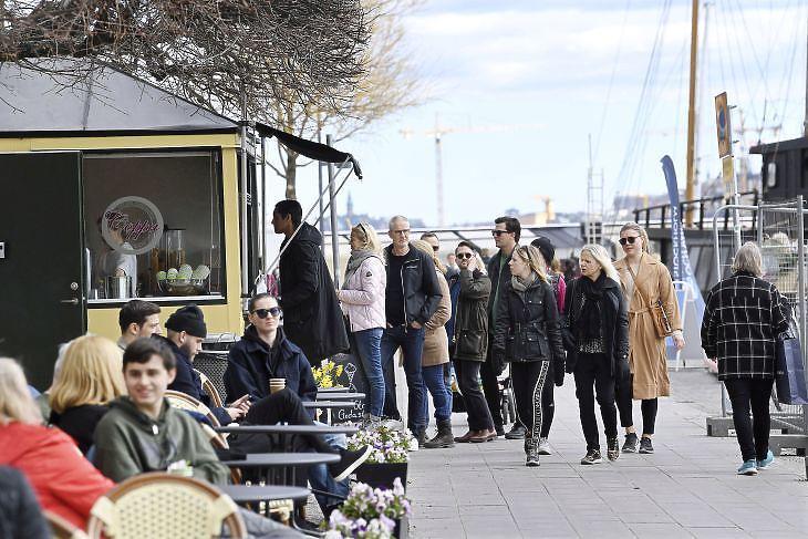 Nem állt le az élet: Stockholm belvárosa 2020. április 19-én. EPA/FREDRIK SANDBERG