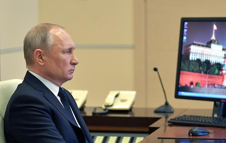 Vlagyimir Putyin orosz elnök a Moszkva melletti Novo-Ogarjovóban lévő elnöki rezidencián 2020. április 8-án. Illusztráció. MTI/AP/Szputnyik/Alekszej Druzsinyin