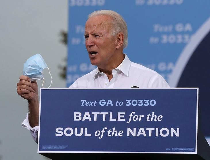 Joe Biden a támogatóihoz beszél egy kampányrendezvényen a Georgia állambeli Atlantában 2020. október 27-én. (Fotó: MTI/EPA/The Atlanta Journal-Constitution/Curtis Compton)