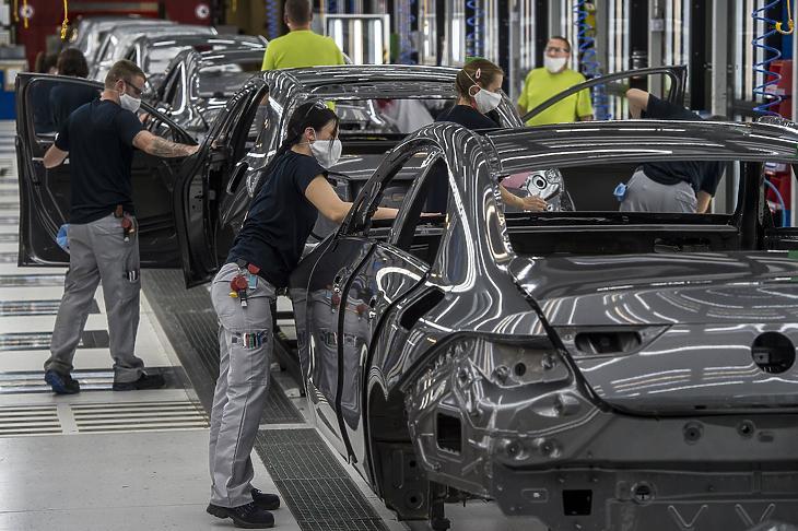 Dolgozók védőmaszkban a Mercedes-Benz Manufacturing Hungary Kft. kecskeméti gyárában (Fotó: MTI/Ujvári Sándor)