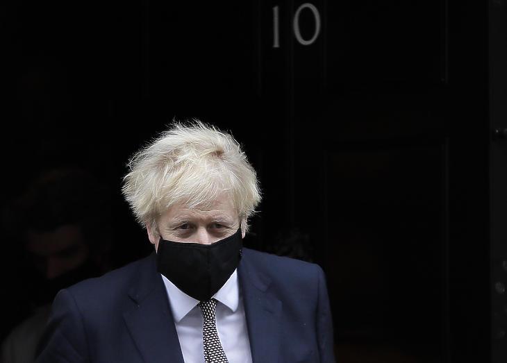 Boris Johnson brit miniszterelnök távozik a londoni kormányfői rezidenciáról, a Downing Street 10-ből 2020. november 26-án. (Fotó: MTI/AP/Kirsty Wigglesworth)